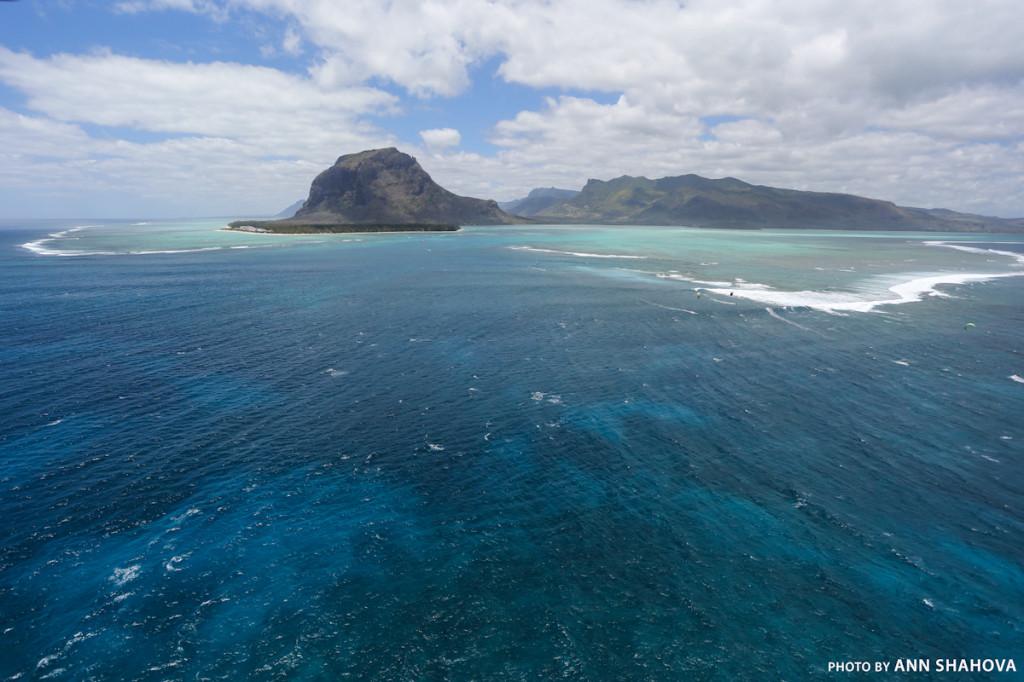 Вид на остров Маврикий из окна самолета.