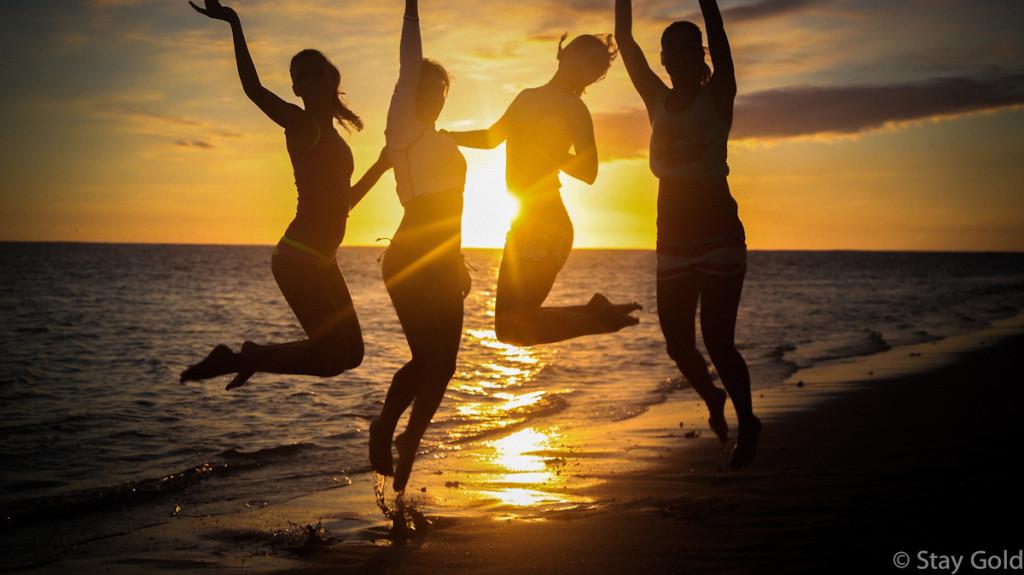 Пляжные вечеринки на закате.