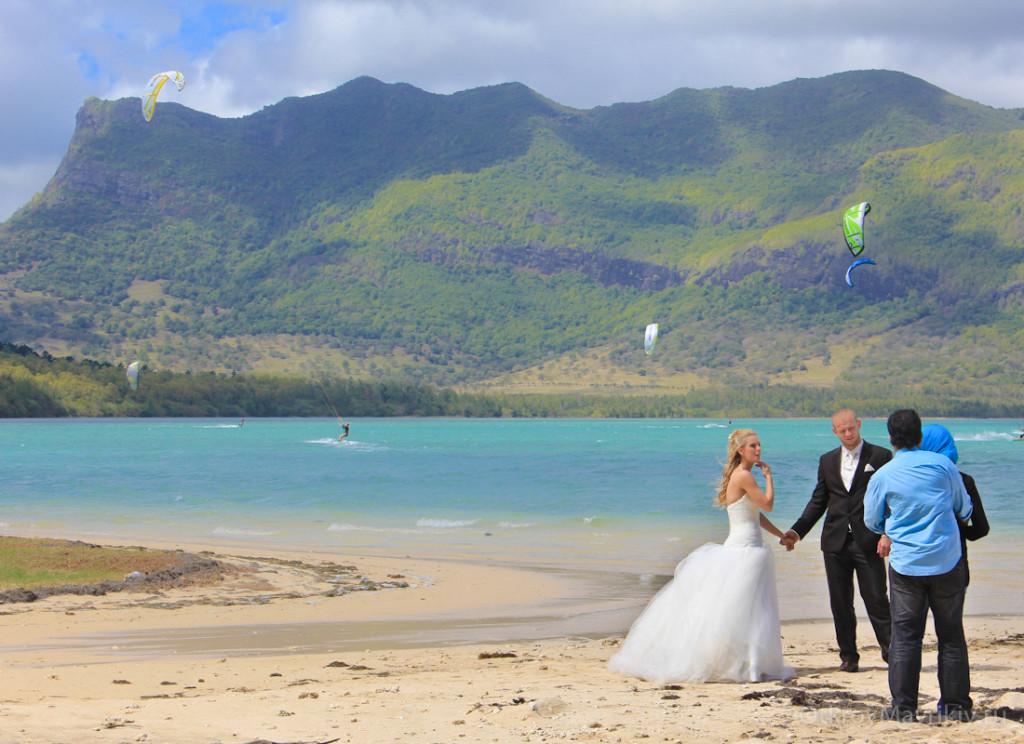 Лагуна с ровной водой в Ле Морне. Кстати Маврикий занимает первое место в мире по направлению свадебных путешествий.