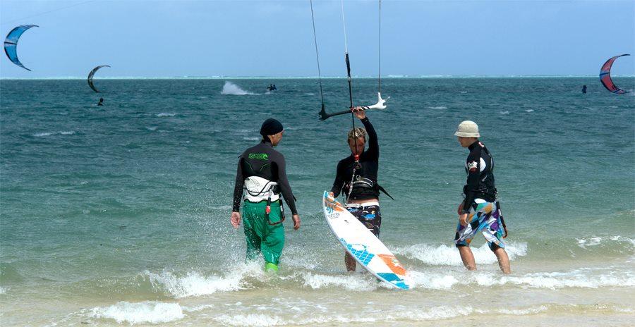 Уроки по кайтсерфингу в лагуне с ровной водой. Кайтсерфинг на Маврикии. Кайт школа на Маврикии