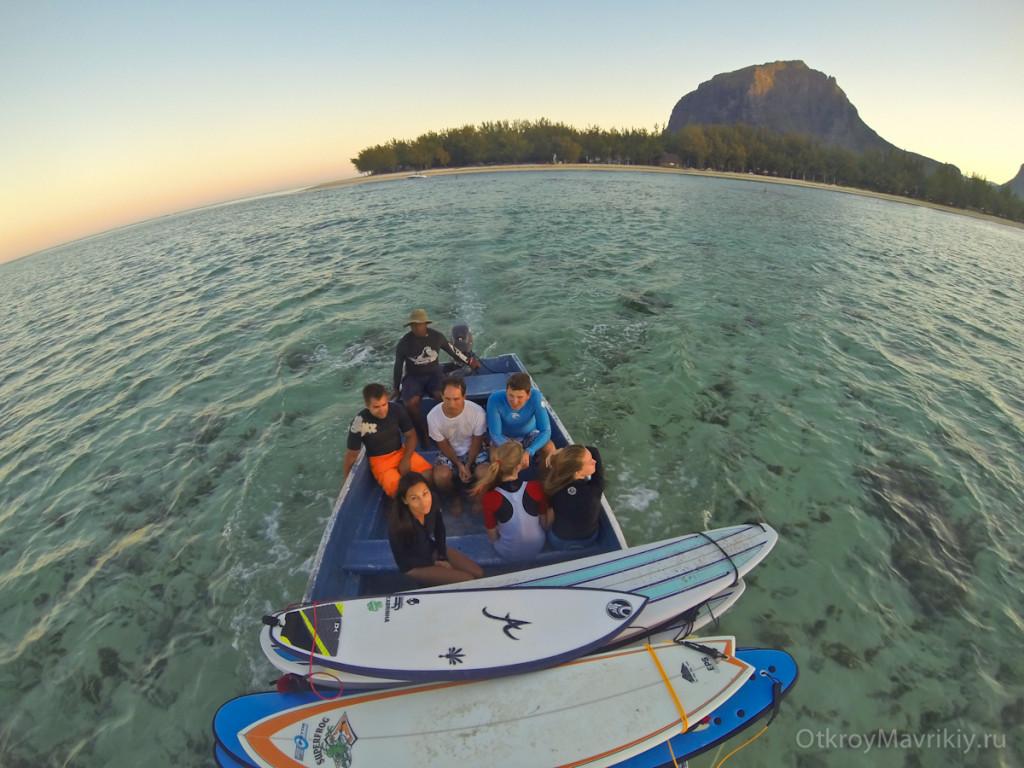 Загружаем лодку и едем на серф спот. Обучение серфингу на Маврикий. Школа серфинга