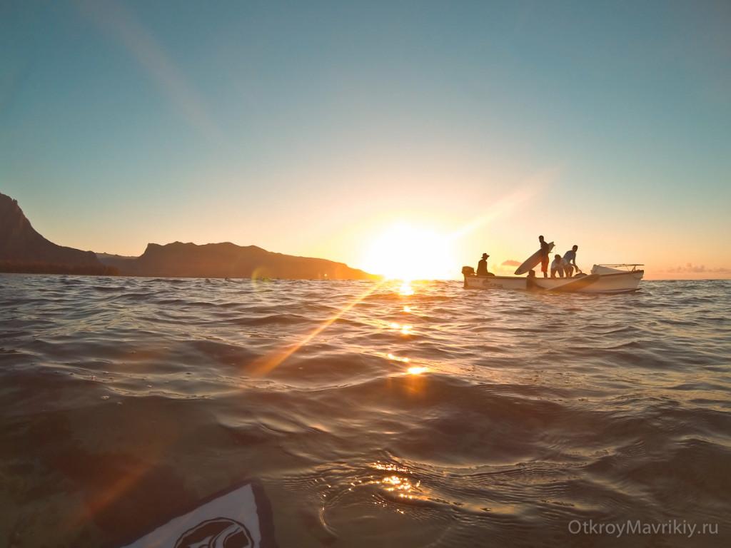 Лодка останавливается в канале, а мы спрыгиваем и гребем к волнам. Обучение серфингу на Маврикий. Школа серфинга