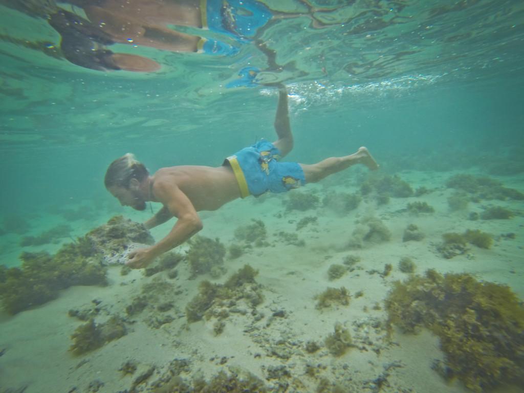 Между уроками. Специальное упражнение для серферов и кайтсерферов. Хорошо действует на увеличение времени задержки дыхания. Обучение серфингу на Маврикий. Школа серфинга
