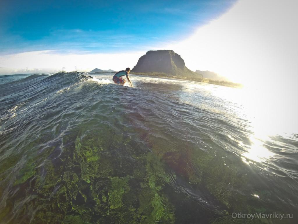 Потом мы с вами ловим волны. После этого обратно на лодку и на берег завтракать. Обучение серфингу на Маврикий. Школа серфинга