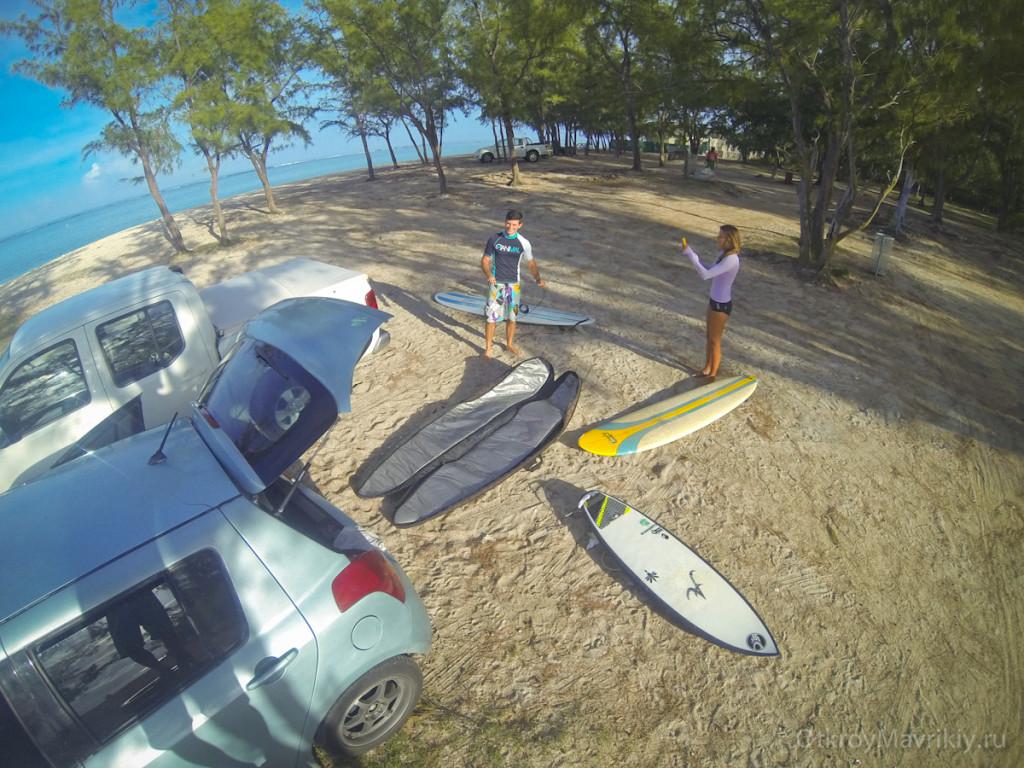 Разминка перед серфингом на берегу, крем от солнца + теория. Обучение серфингу на Маврикий. Школа серфинга