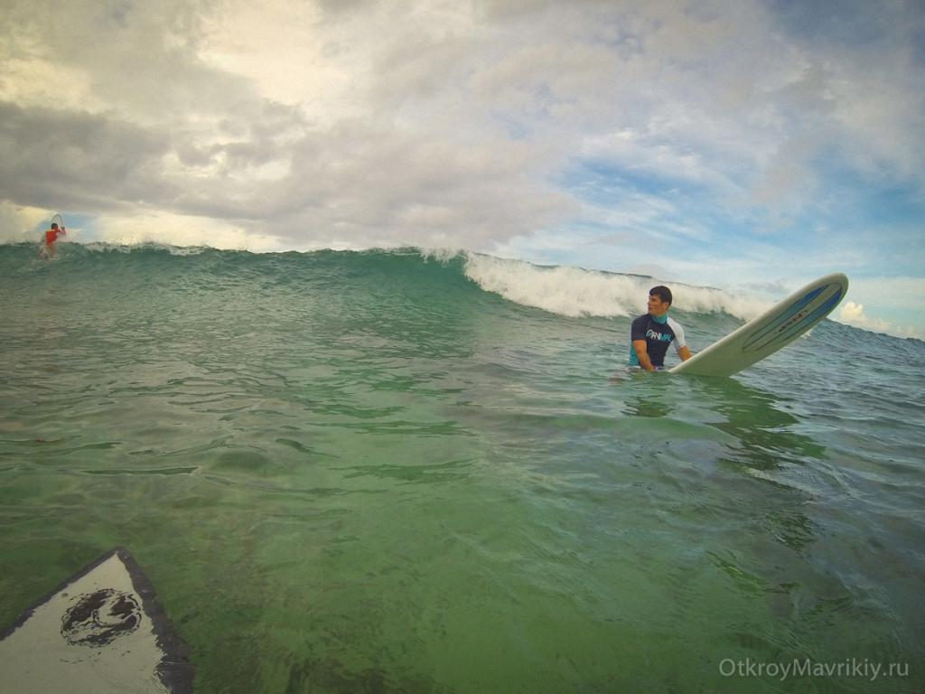 Там мы ждем свою волну и пропускаем те волны, которые ловить не надо. Обучение серфингу на Маврикий. Школа серфинга