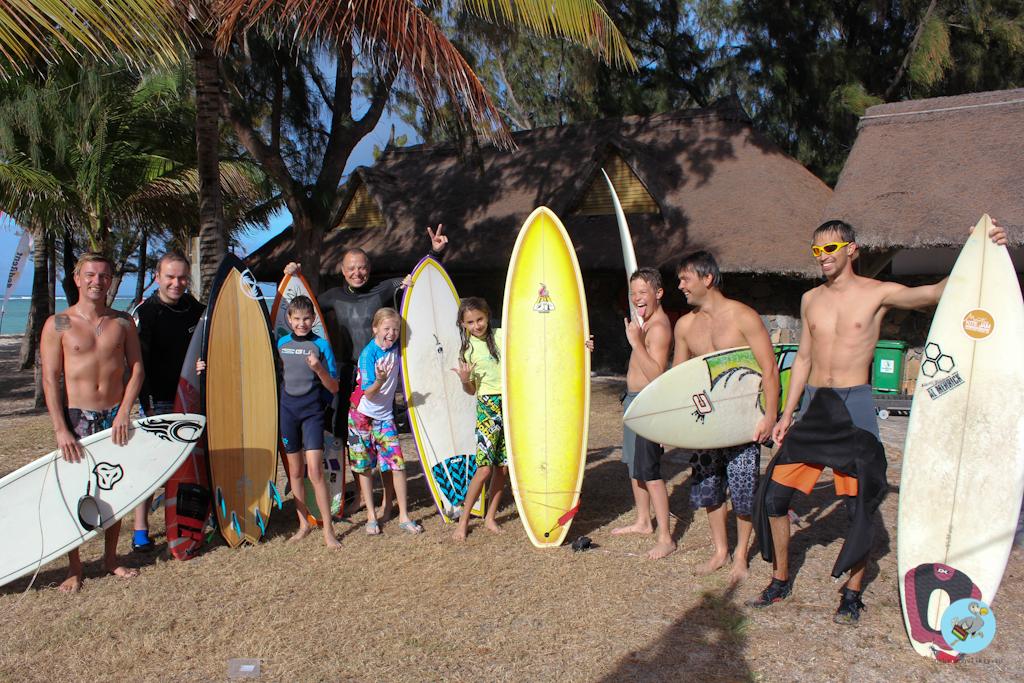 На берегу после серфинга. Ученики: Дмитрий Зеленин и Сергей Реботенко с детьми. Обучение серфингу на Маврикий. Школа серфинга