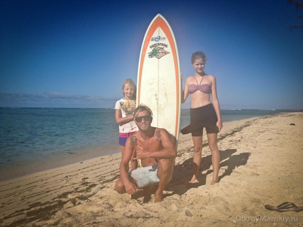 А это другие счастливые детки после серфинга на острове Маврикии..Обучение серфингу на Маврикий. Школа серфинга