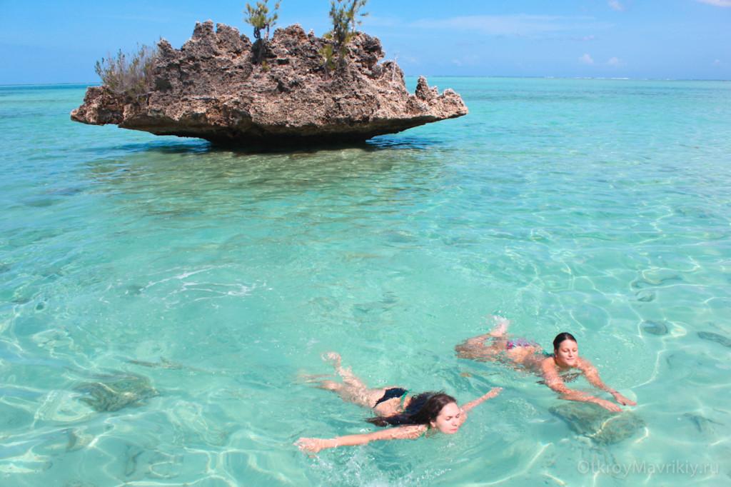 Или просто поплавать в райском месте