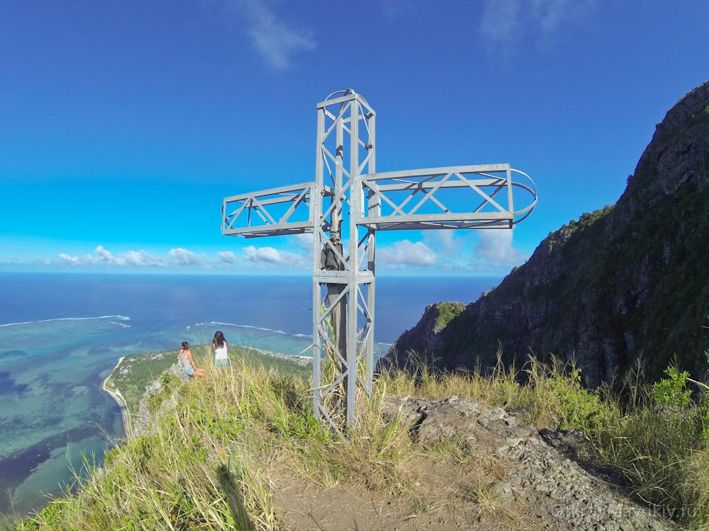 Крест на вершине горы ЛеМорн