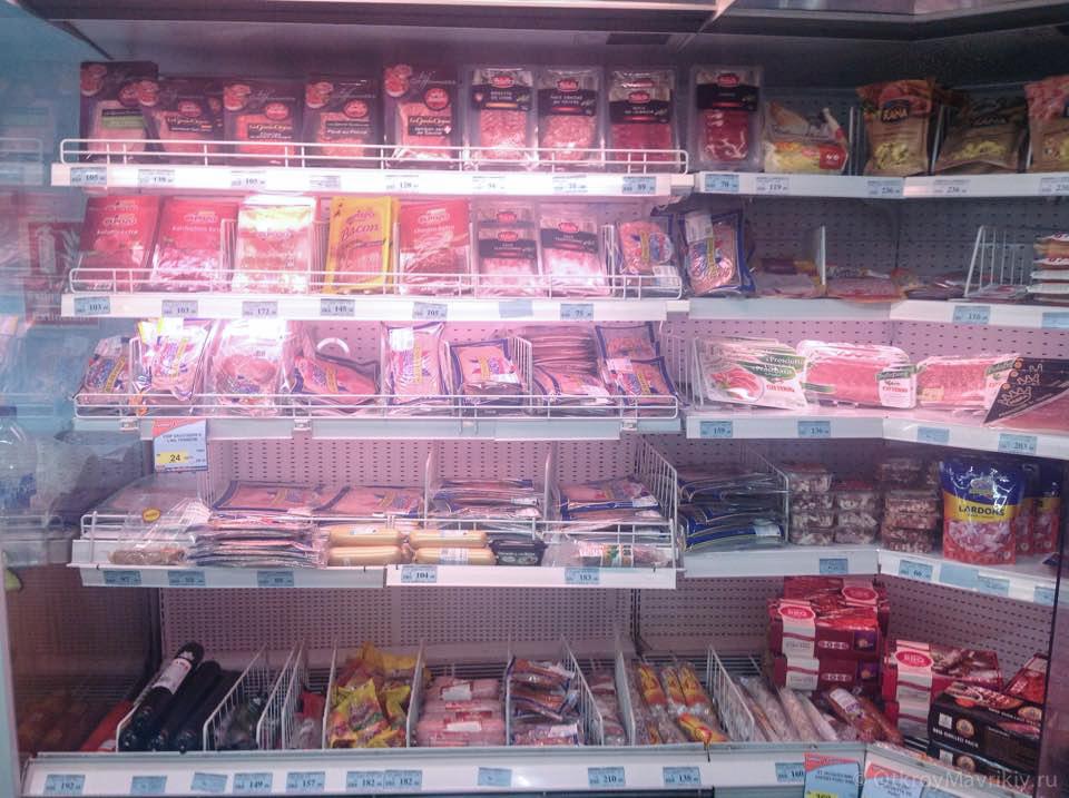 Мясных консервов и колбас тут много и они не очень дорогие