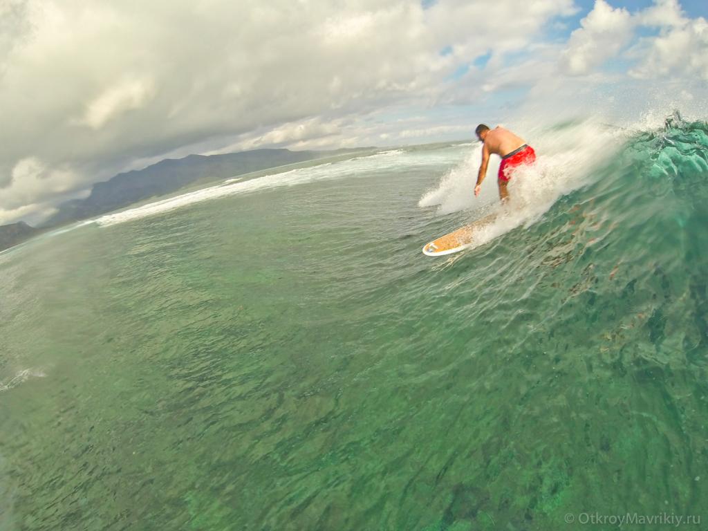 Ученик Никита дропает с 2х метровой волны на споте Манава
