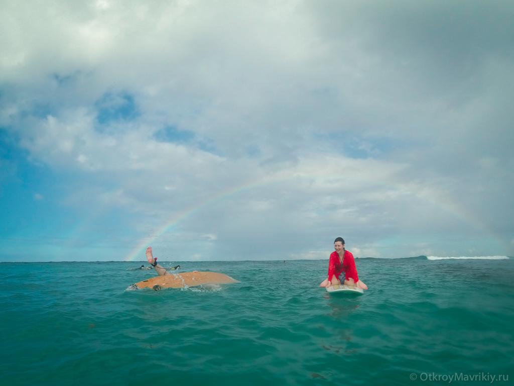 Семейное фото в океане на серфдосках.