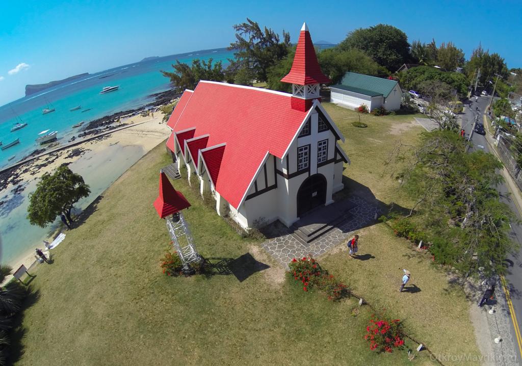 Церковь с красной крышей в Кап Малеру