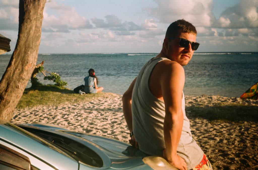 Серега ждет пока выключат ветер чтобы пойти серфить на Small Reef, Маврикий