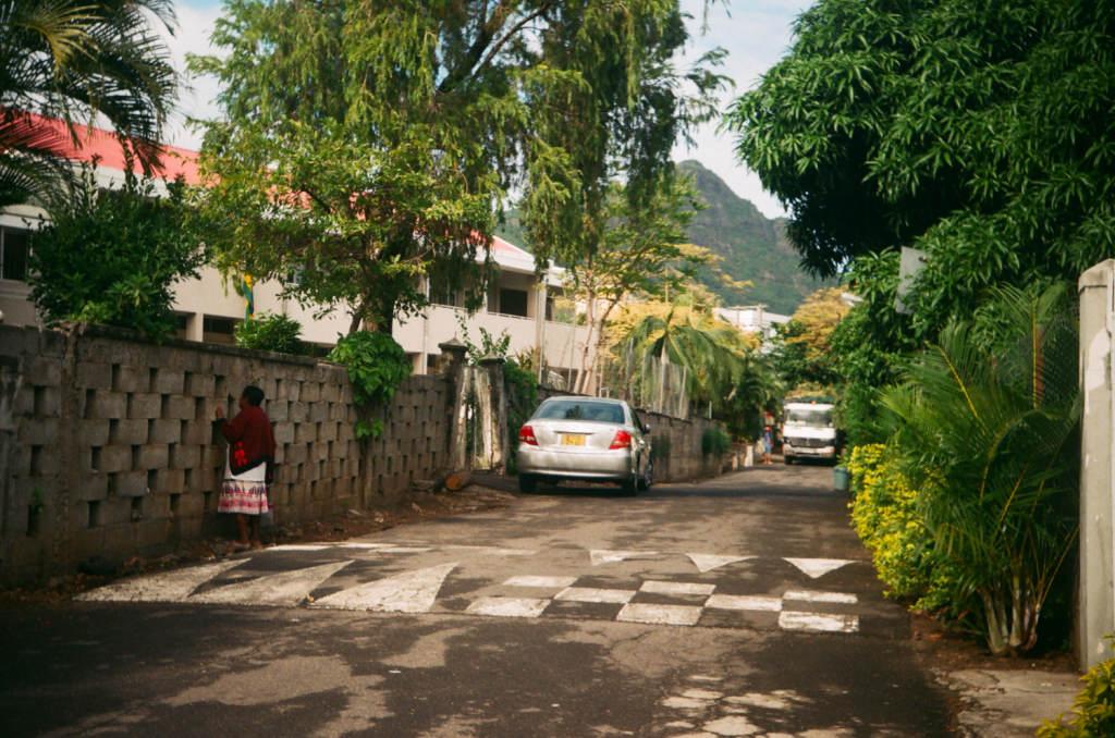 Улочка Реми Ольер в Ля галлет, Остров Маврикий. На фото забор у школы, которого больше нет.