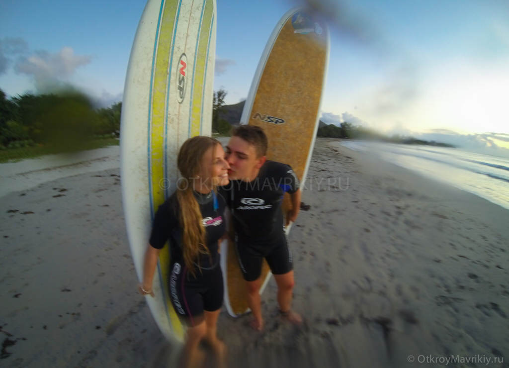 Кайт и серф лагерь на острове Маврикий. После серфинга на закате